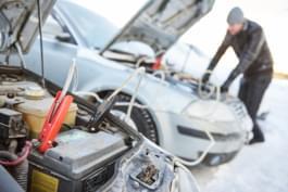 Starthilfe-Kabel im Winter für Auto