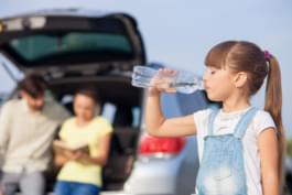 Kind bei Pause trinkt Wasser