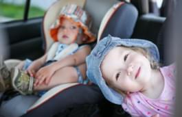 Kleinkinder im Auto bei Hitze