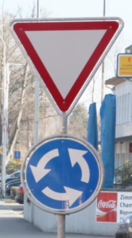 Vorfahrt gewähren im Kreisverkehr