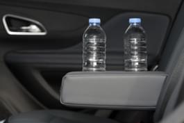 Wasserflaschen im Auto bei Hitze