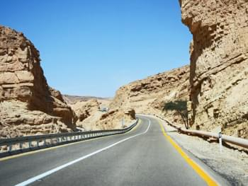Straße durch die Negev-Wüste