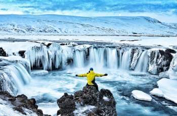 Sehenswürdigkeiten Island: Wasserfall im Winter
