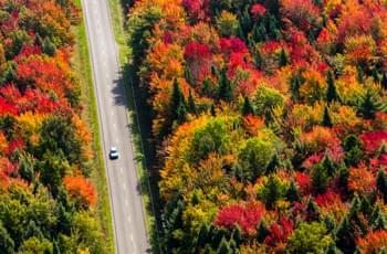 Fahrt durch Quebec im Herbst