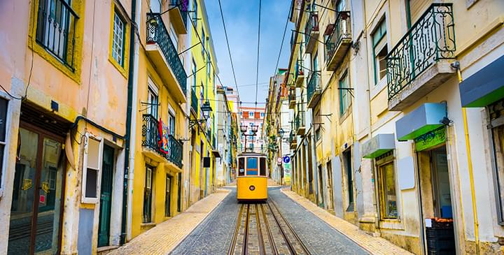 Straßenbahn in der Altstadt von Lissabon
