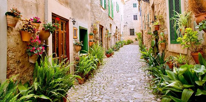 Historische Straße in Valldemossa auf Mallorca