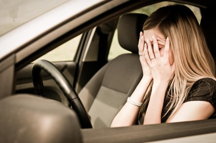 Frau hält sich wegen Bindehautentzündung die Augen