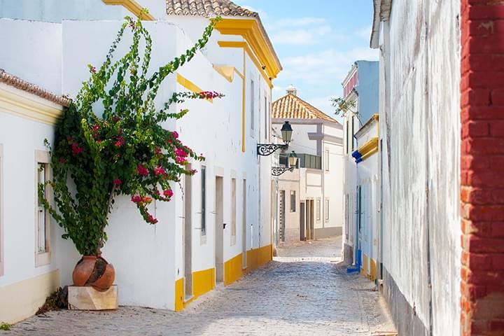 Malerische Strasse in Faro Portugal
