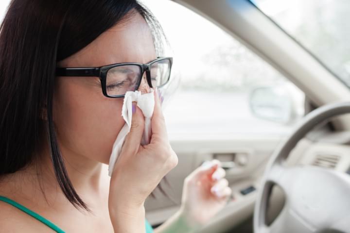 Reiseapotheke für erkältete Frau im Auto