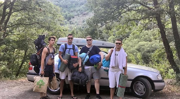 Freunde vor Auto in Italien