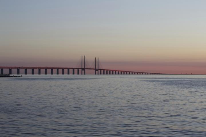 Die Öresundbrücke scheint mitten in der Ostsee zu enden