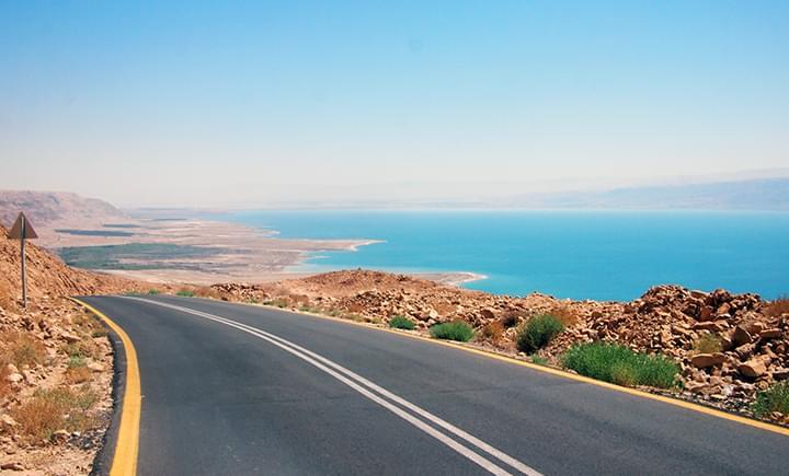 Autobahn 90 entlang dem Toten Meer in Israel