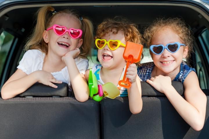 Kinder auf der Reise im Mietwagen