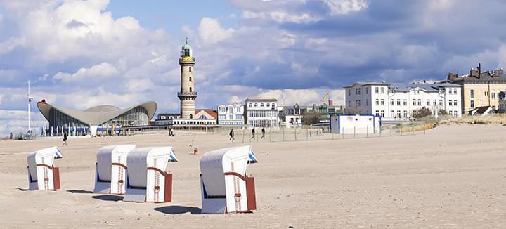 Strand Warnemünde mit Leuchtturm