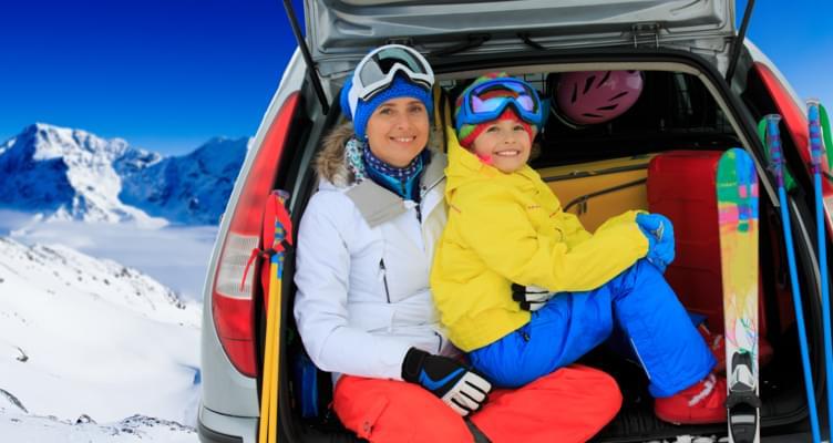 Ab auf die Piste: Wie Sie Ski, Snowboard und Co. sicher transportieren