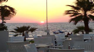 Genießen Sie den Sonnenuntergang am Strand von Paphos